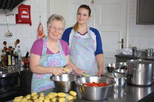 Mitarbeit in der Küche und im Haushalt